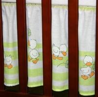 VÝPRODEJ Krásný volánek pod matraci - Kačenky na pruzích zelené