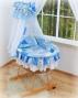 Koš s výbavou Darland - Patchwork modrý s nebesy z šifonu