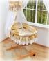 Koš s výbavou Darland - Patchwork krémový s nebesy z šifonu
